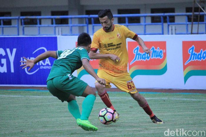 Bermain di Stadion Gelora Bandung Lautan Api (GBLA), Jumat (26/1/2018) sore WIB, Sriwijaya bermain ngotot untuk mencuri tiga poin.