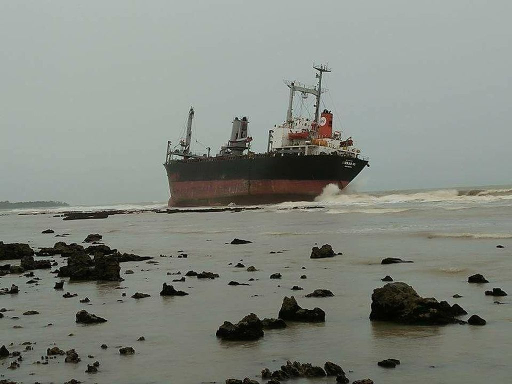 Dihantam Cuaca Ekstrem, Kapal Kargo Terdampar di Pandeglang