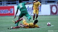 Sriwijaya terlihat sangat dominan di babak pertama. Sementara PSMS terpaksa bermain lebih menunggu untuk menyerang balik ke pertahanan lawan.