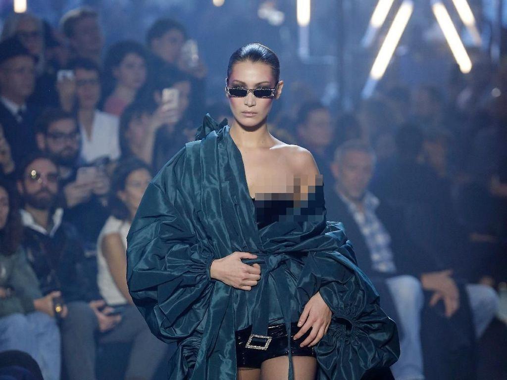 Malfungsi Busana, Kemben Bella Hadid Melorot di Paris Fashion Week