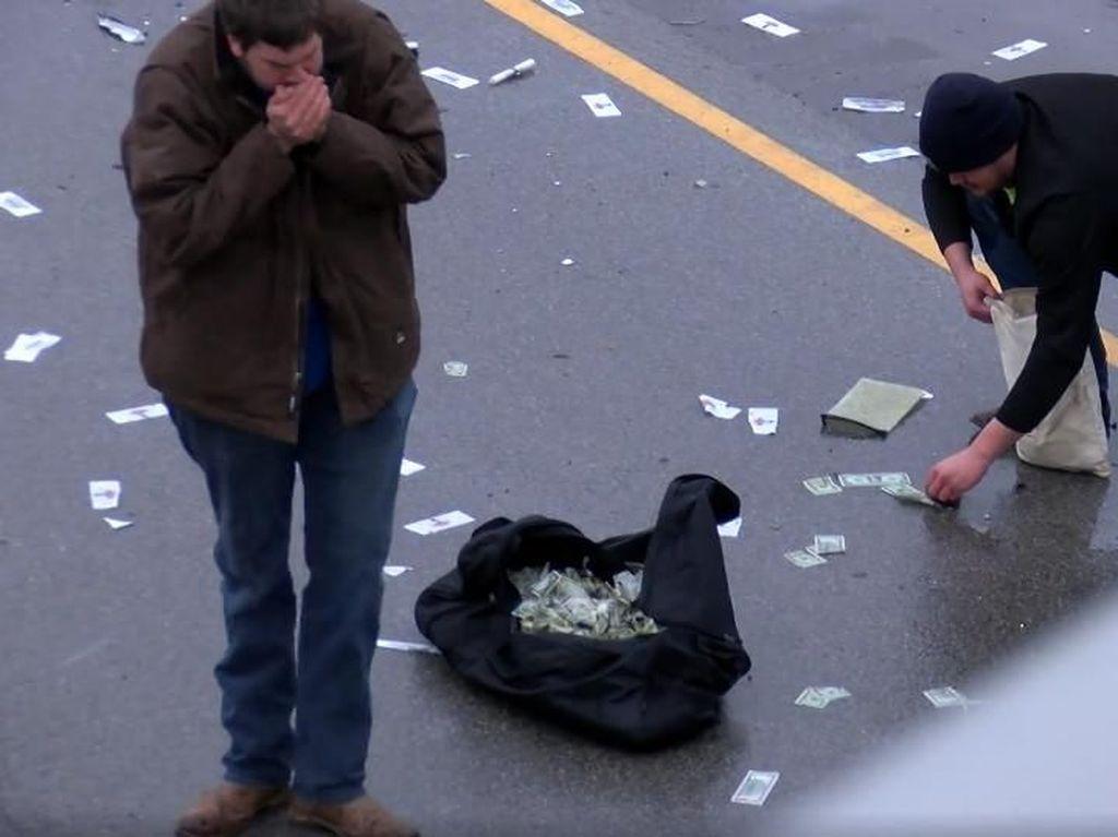 Foto: Begini Penampakan Hujan Duit yang Guyur Jalanan di AS