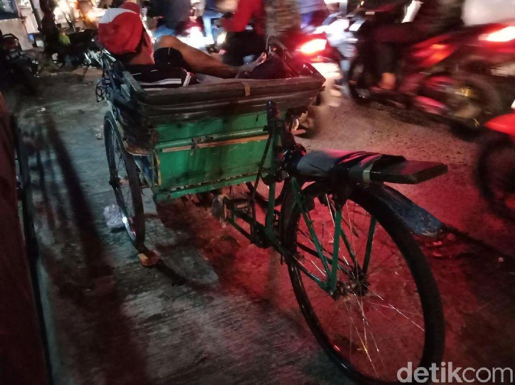 Foto: Suka Duka Pangaliman dan Lasono Menarik Becak di Pondok Labu