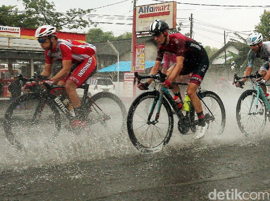 Meski Diguyur Hujan, Pebalap TdI Tetap Adu Kecepatan