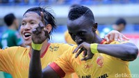 Makan Konate merayakan gol.