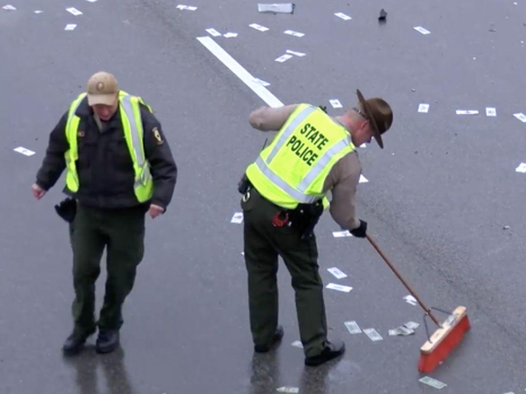 Hujan Duit Guyur Jalanan Tol di AS, Ada Apa?