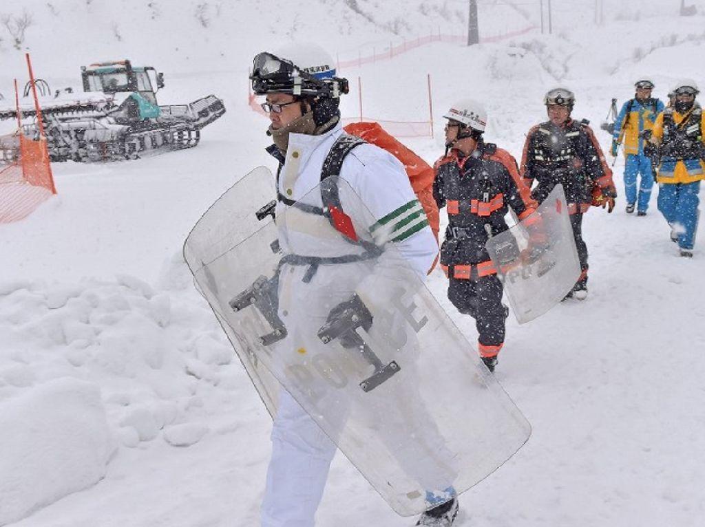 Foto: Gunung Kusatsu Shirane Erupsi, Pencarian Korban Terus Dilakukan