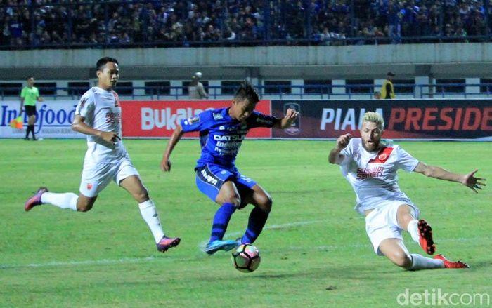 Laga Persib Bandung melawan PSM Makassar digelar di Stadion Gelora Bandung Lautan Api, Jumat (26/1/2018) malam WIB.