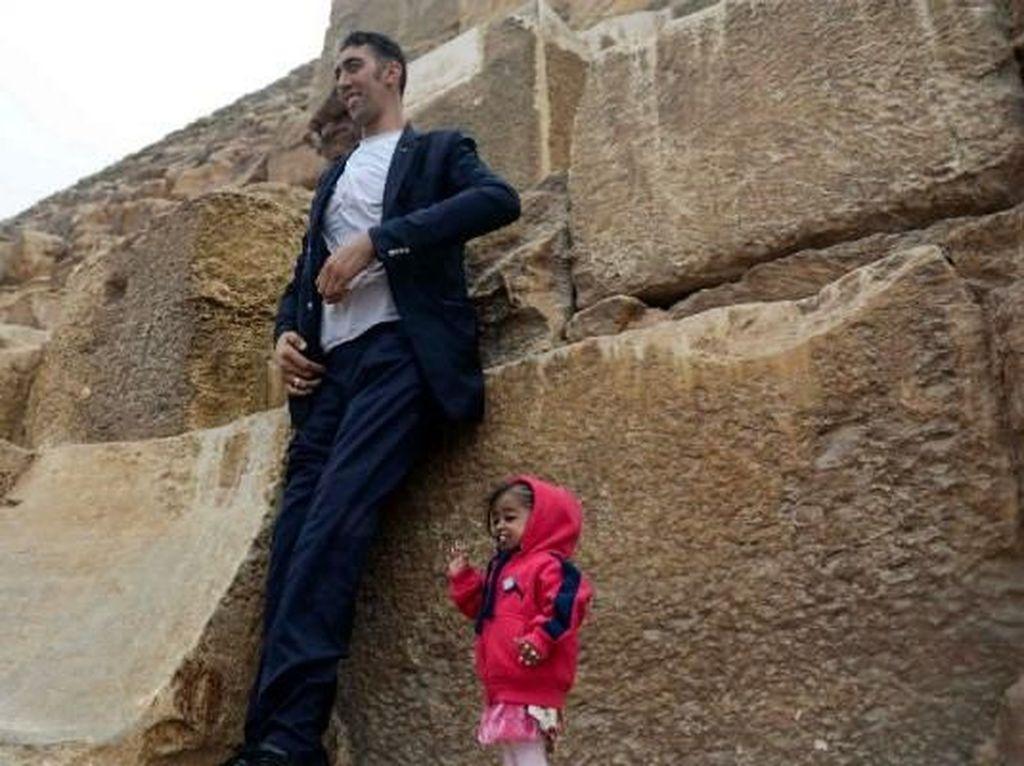 Foto: Saat Pria Tertinggi di Dunia Pose Bareng Wanita Terpendek