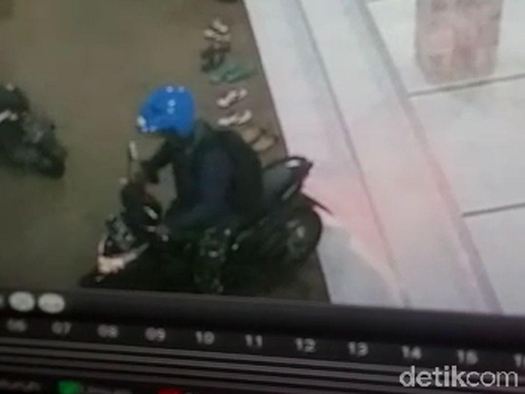 Terekam CCTV, Pria Berseragam TNI Curi Motor di Depan Masjid