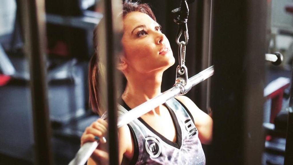 Foto: Miyabi Tampak Seksi Saat Olahraga, Siapa Sih Instrukturnya?
