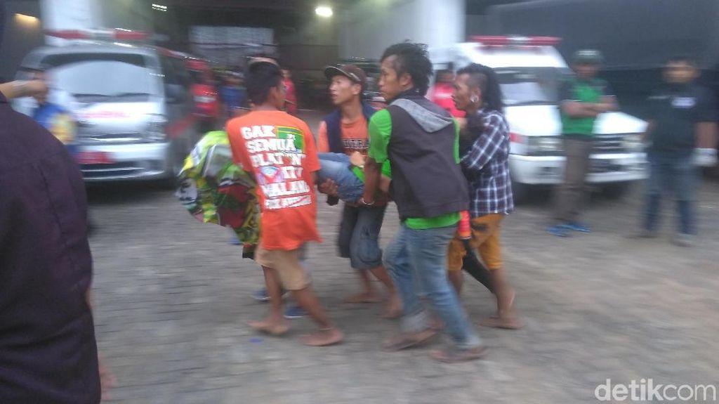 Kericuhan Warnai Laga Persebaya Vs MU, Polisi Tembakkan Gas Air Mata
