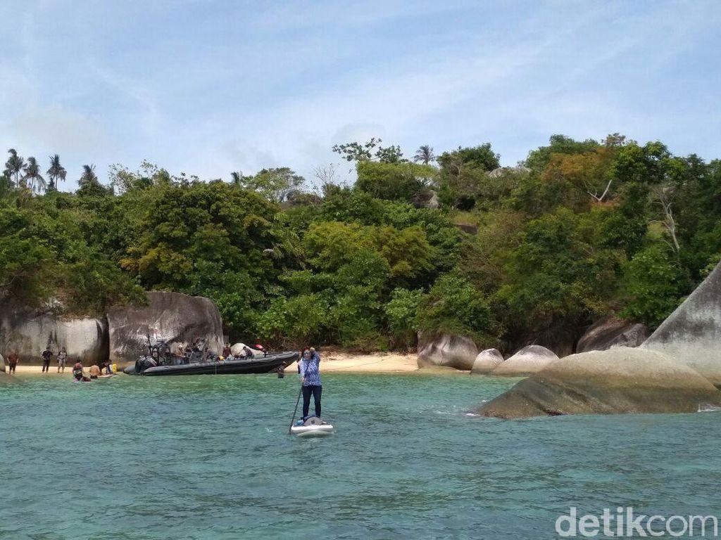 Ajak Cucu, Susi Lincah Main Selancar di Laut Natuna