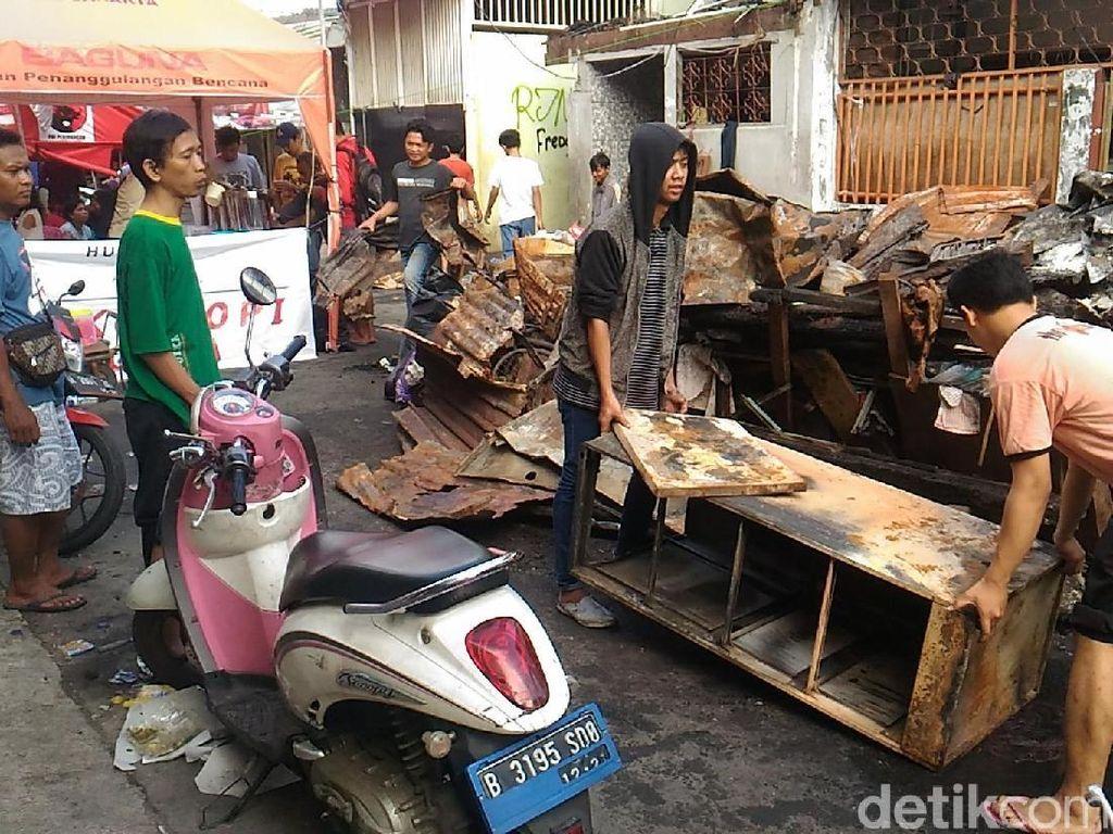 Foto: Warga Tamansari Jakbar Mengais Sisa-sisa Kebakaran