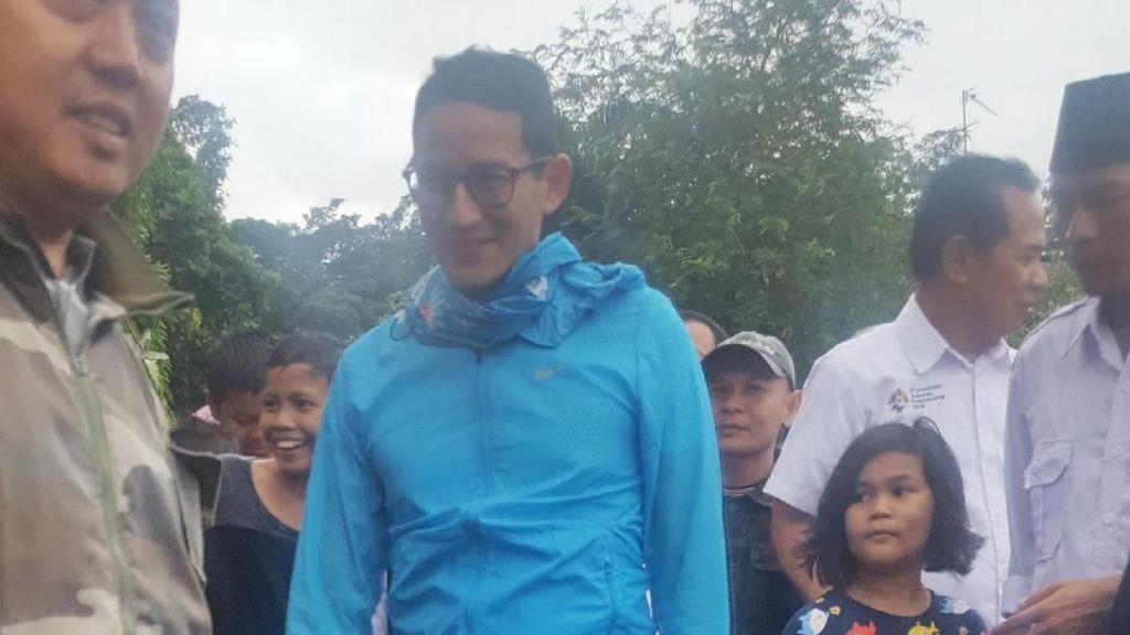 Gaya Santai Sandiaga Bersandal Jepit di Bazar OK OCE