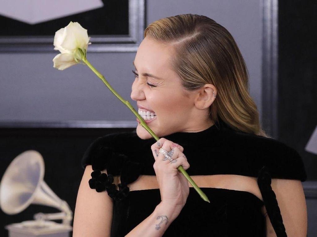 Duet Mark Ronson dan Miley Cyrus Kini Dalam Versi Akustik