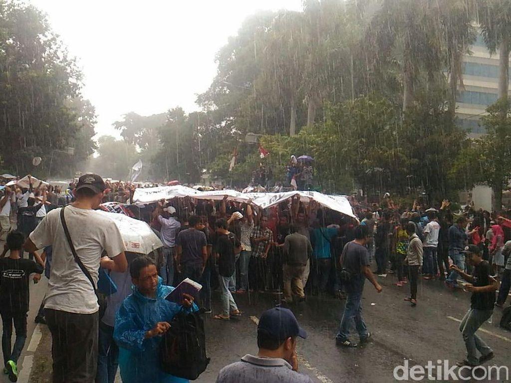 Aliando Bertahan di Depan Kemenhub Meski Diguyur Hujan Deras