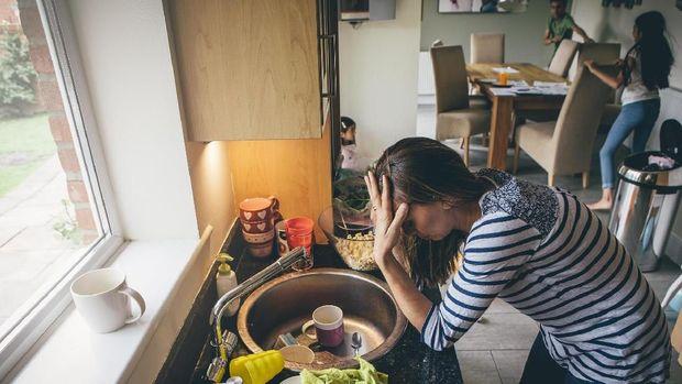 Ilustrasi ibu lelah dan stres di rumah
