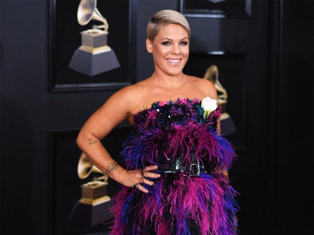 Foto: 10 Artis Berpenampilan Terburuk di Red Carpet Grammy Awards 2018