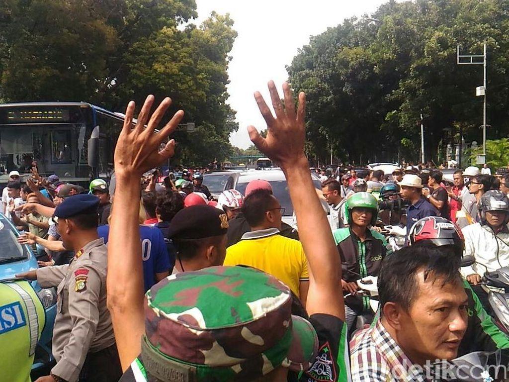Massa Pendemo di Kemenhub Meluber, Lalin ke Patung Kuda Tersendat