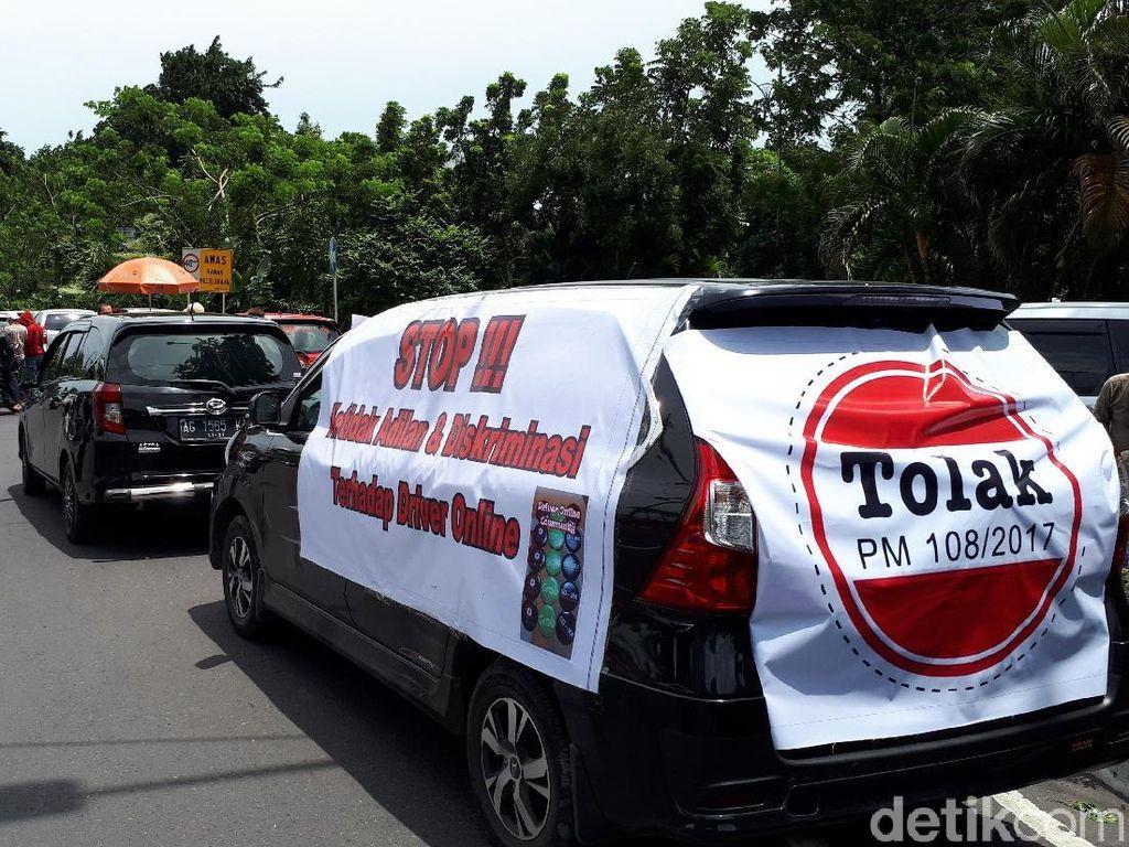 Tolak Permenhub, Ini yang Dilakukan Pengemudi Taksi Online Surabaya