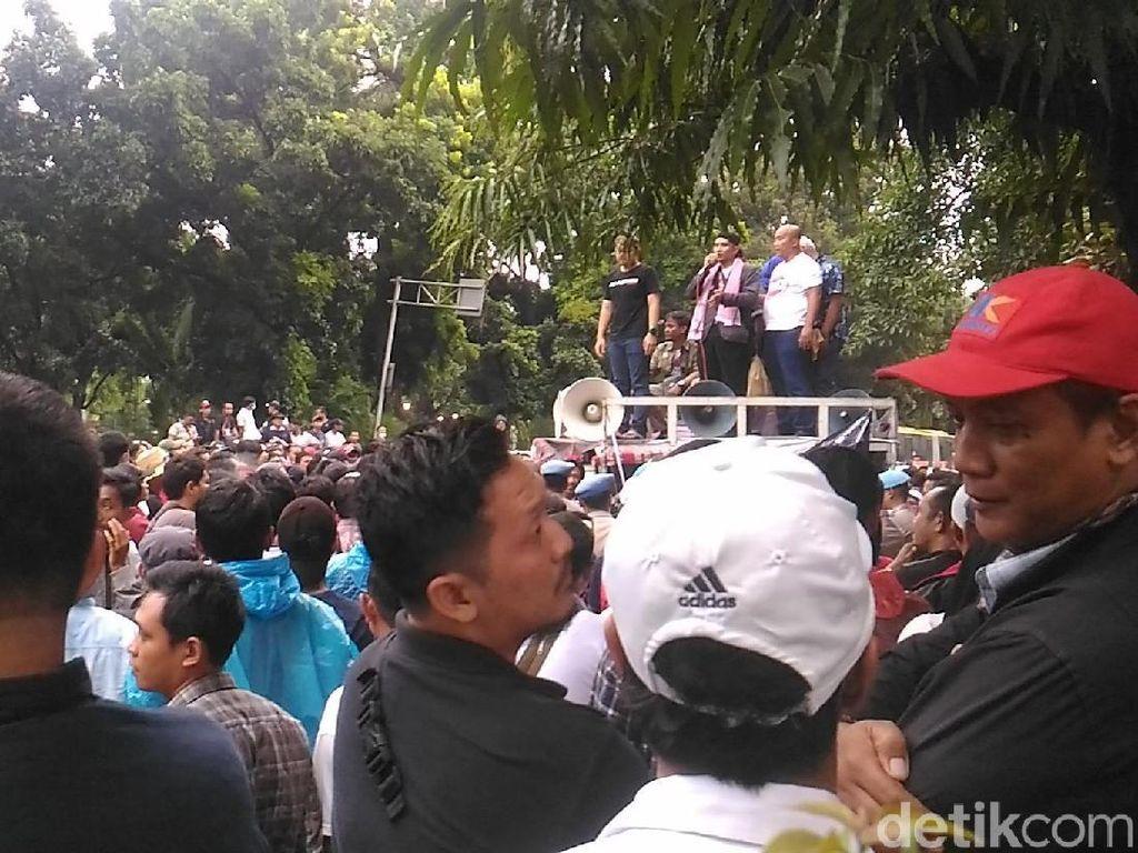 Masih Penuhi Jalan Medan Merdeka, Massa Aliando Selawatan