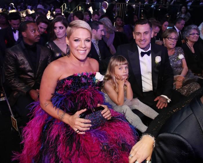 P!nk bersama keluarganya tampak happy saat menghadiri acara yang berlangsung di Madison Square, New York City, AS pada Minggu (28/1) waktu setempat. Christopher Polk/Getty Images for NARAS.