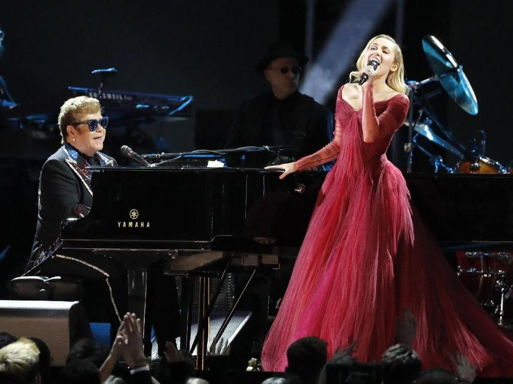 Penampilan Manis Miley Cyrus dan Elton John Bawakan Tiny Dancer