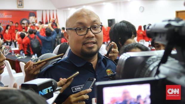 Komisioner KPU Ilham Saputra usai menyatakan PDIP lolos verifikasi faktual partai politik, Senin (29/1).