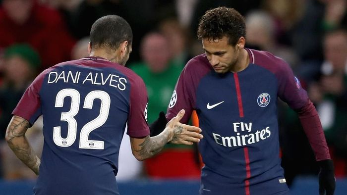 Dani Alves yakin kembalinya Neymar ke Barcelona sangat sulit. (Foto: Catherine Ivill/Getty Images)