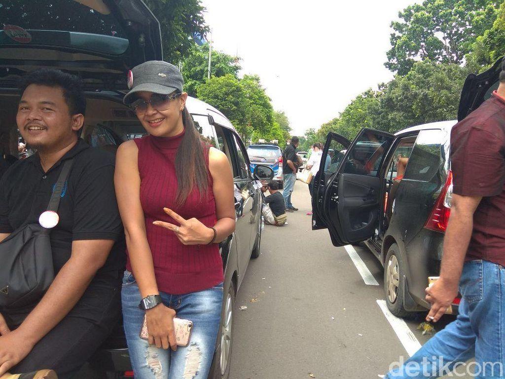 Kisah Dessy, Sopir Taksi Online Cantik yang Ikut Demo