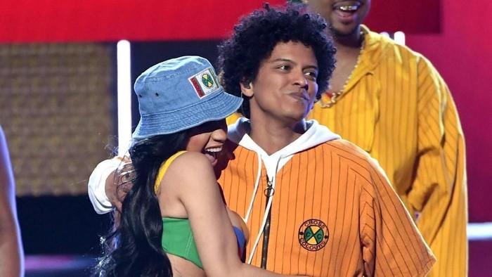 Finesse Bruno Mars dan Cardi B yang Warna-Warni di Panggung Grammy