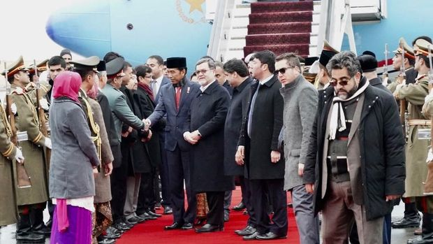 Presiden Joko Widodo dan Ibu Negara Iriana Joko Widodo, beserta rombongan tiba di Bandara Internasional Hamid Kariadi, Afghanistan