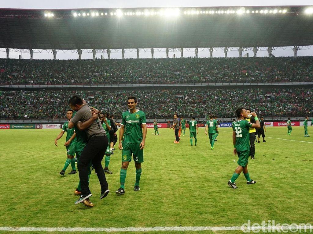 Kegembiraan Persebaya dan Bonek di Stadion Gelora Bung Tomo
