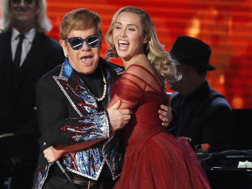 Elton John Gandeng Miley Cyrus Bawakan Tiny Dancer