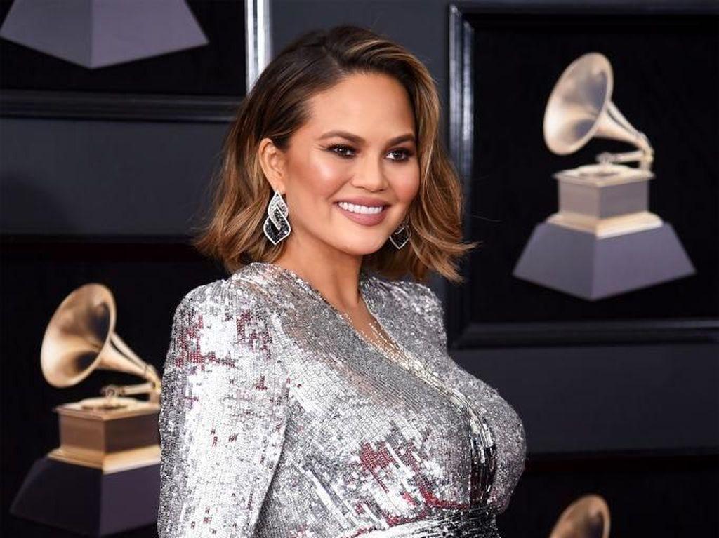 Chrissy Teigen Bersinar di Red Carpet Grammy dengan Gaun Bling-bling