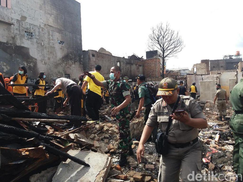 TNI-Polri Bantu Warga Bersihkan Puing Sisa Kebakaran di Tamansari