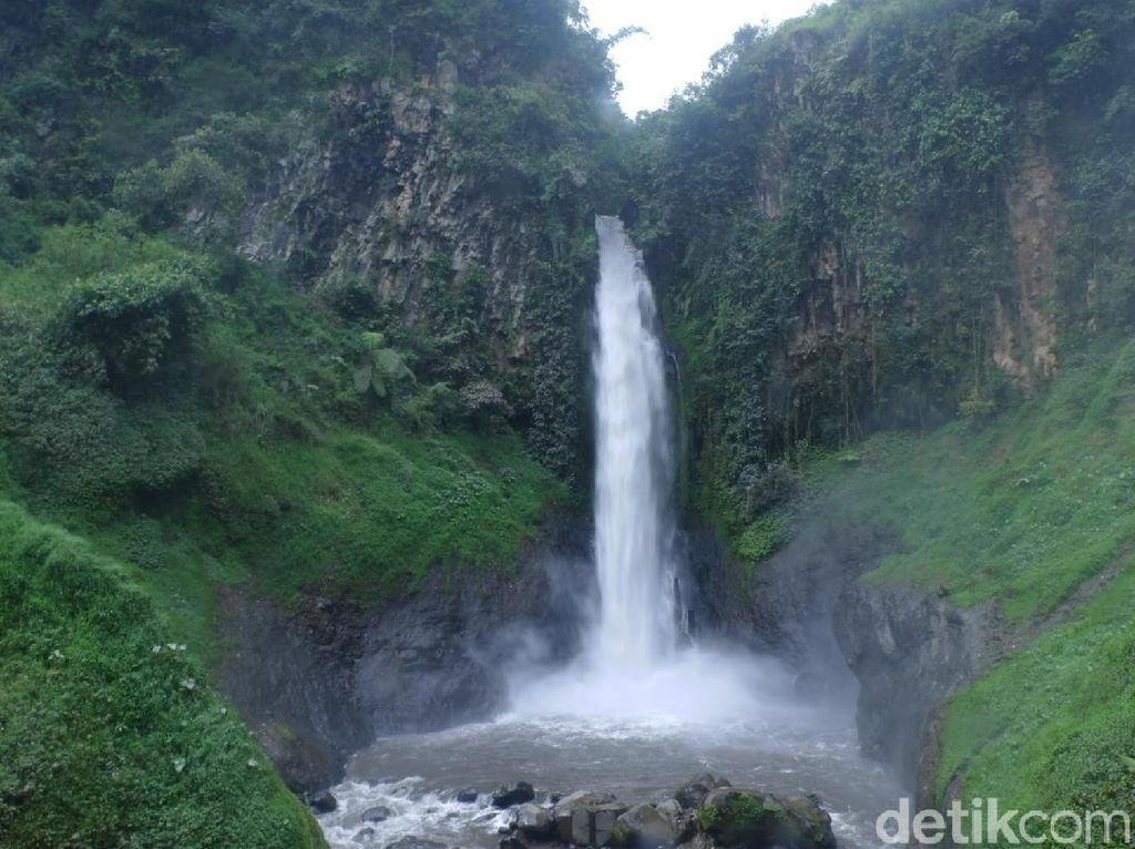 Foto: Air Terjun Berubah Warna di Banjarnegara