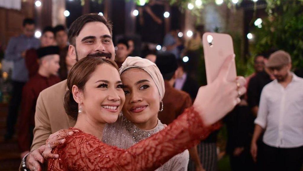 Penyanyi Malaysia Yuna Menikah dengan Adik Ipar BCL, Ini Gaya Hijabnya