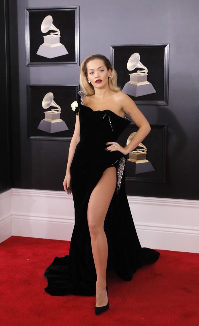Rita Ora tampil seksi dengan gaun hitam di ajang Grammy Awards 2018 di Madison Square, New York City, AS pada Minggu (28/1) waktu setempat. REUTERS/Andrew Kelly.