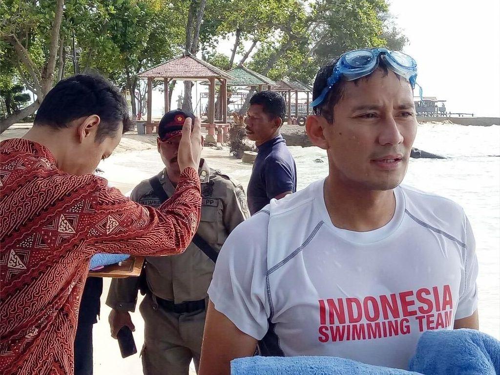 Gaya Sandiaga Renang di Sela-sela Ngantor di Pulau Bidadari
