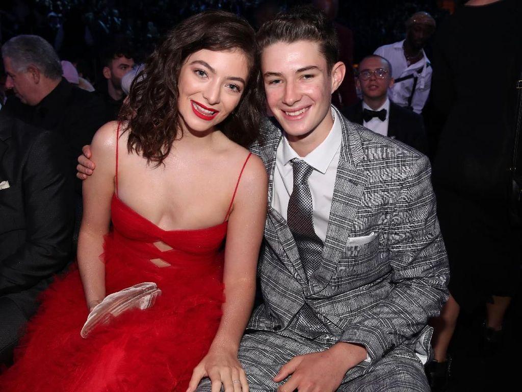 Pesan #MeToo Lorde dari Gaun Merahnya