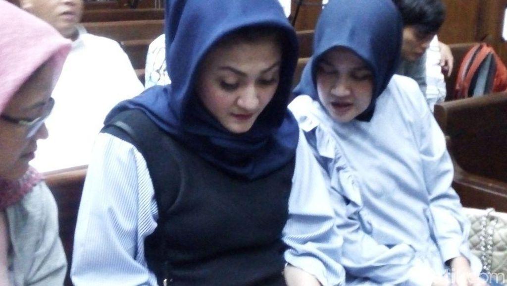 Foto: Ny Deisti Pegang Secarik Kertas di Sidang Novanto