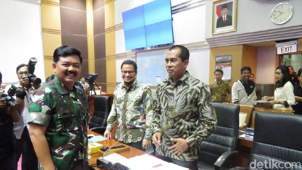 Foto: Marsekal Hadi Berseragam Loreng Saat Rapat Perdana di DPR