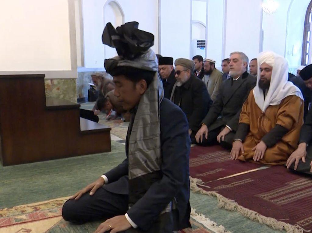 Potret Jokowi Jadi Imam Salat Presiden Ghani dan Ulama Afghanistan