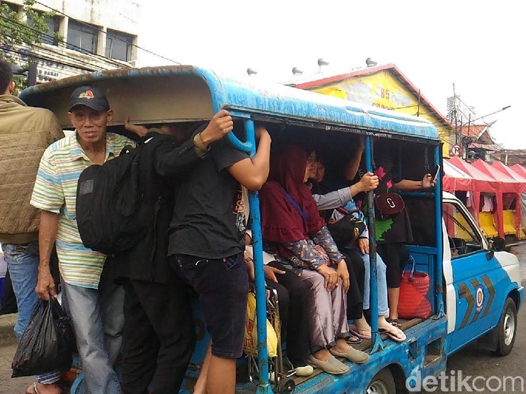Ramai-ramai Menumpang Mobil Satpol PP di Tanah Abang