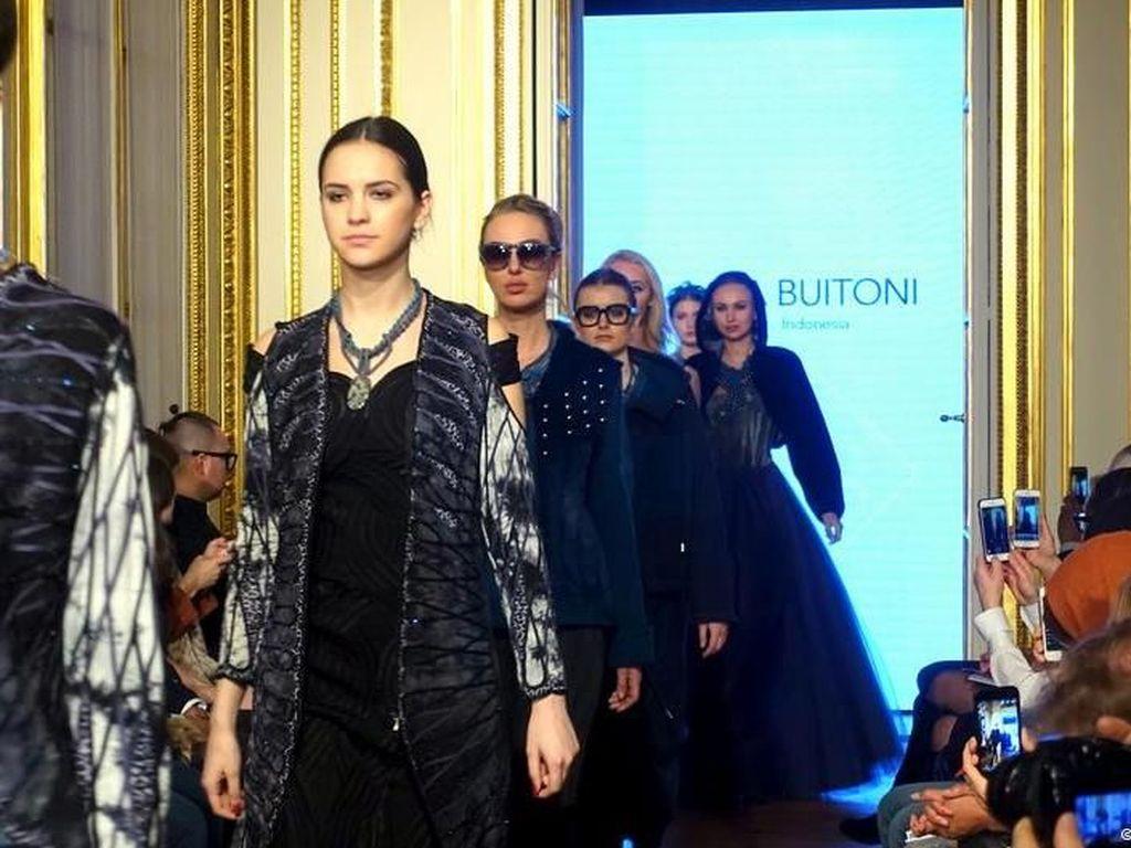 Pertama Kali, Desainer Indonesia Diundang ke Paris Fashion Show