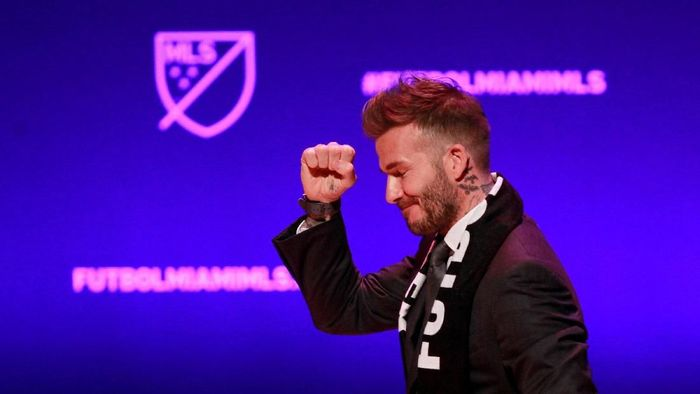 David Beckham, wearing a league scarf, salutes a section of the crowd at this official announcement for Miamis MLS expansion team in Miami, Florida, U.S. January 29, 2018.  REUTERS/Andrew Innerarity     TPX IMAGES OF THE DAY