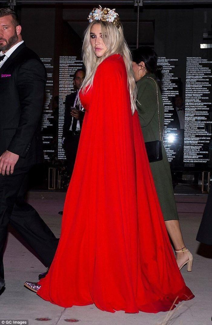 Kesha tampil begitu mencolok dengan gaun merah menyala. Foto: Twitter