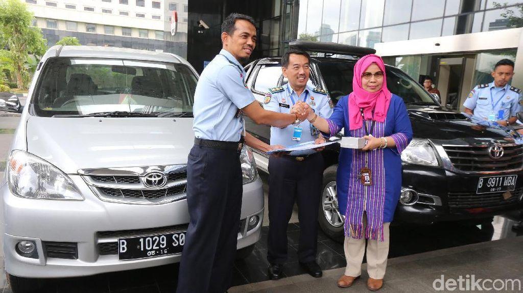 KPK Hibahkan 2 Mobil Sitaan Koruptor ke Rupbasan