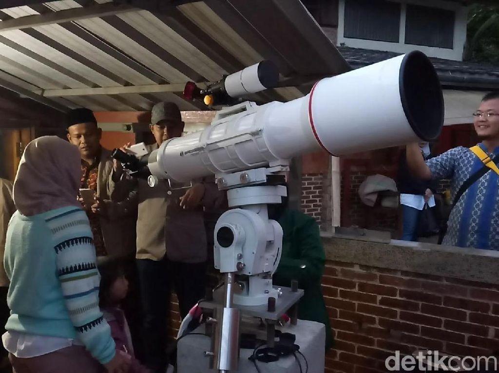 Antusiasme Ratusan Warga Saksikan Gerhana Bulan di Imah Noong